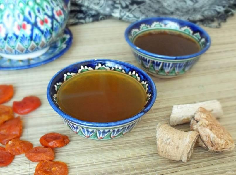 Зеленый чай с женьшенем подают разлив по пиалам или чашкам в соотношении 1:1 с сухофруктами. Приятного чаепития!
