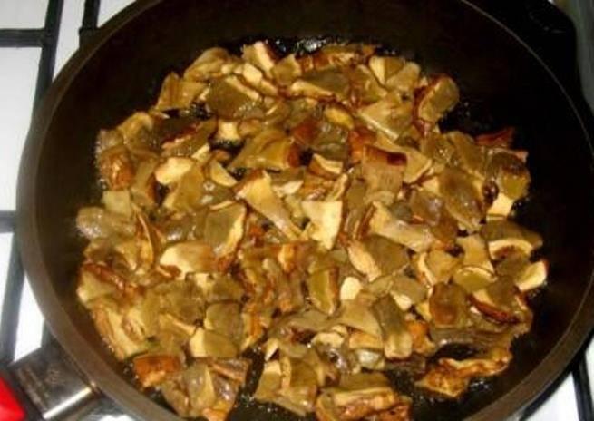Налейте в кастрюлю полтора литра воды, положите туда одну очищенную картофелину. Грибы слегка обжарьте на сливочном масле.