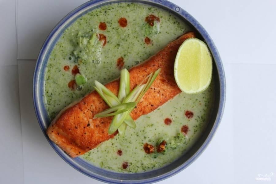 3. Вот и все! Рыбку выкладываем поверх супа, поливаем его соусом или вообще никак не украшаем и подаем в свежеприготовленном виде!