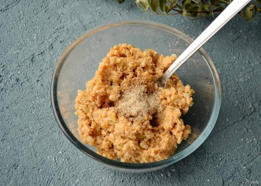 Смешайте панировочные сухари, лук и соевый фарш. Добавьте специи и ещё раз хорошо перемешайте. Масса должна получится плотной и пластичной.