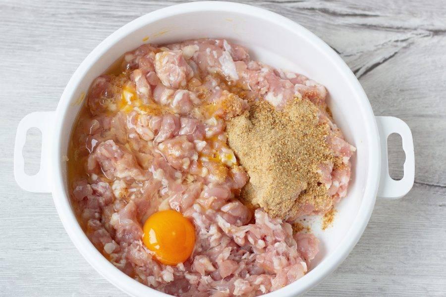 В фарш добавьте яйцо и сухари. Посолите по вкусу. Добавьте любимые специи.