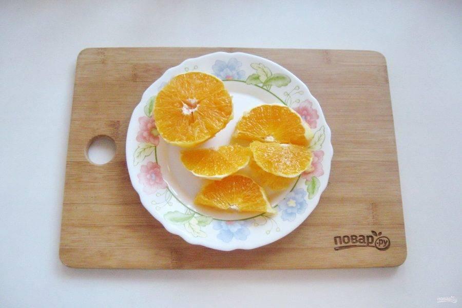 Апельсин нарежьте произвольно.