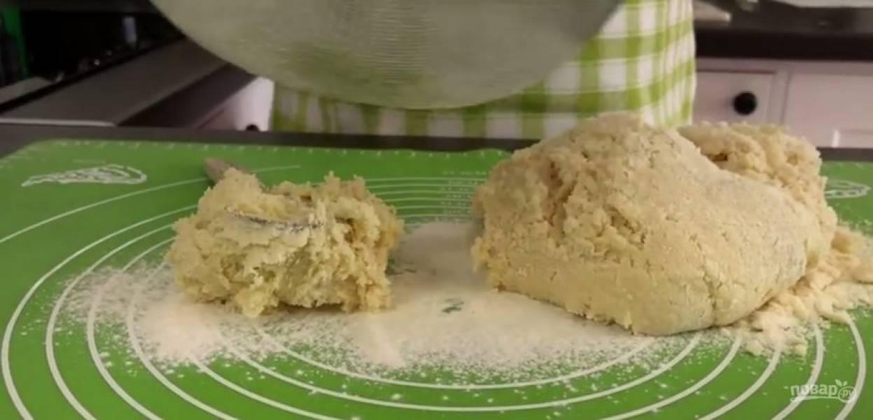 1. Сгущенку вылейте в миску, добавьте к ней слегка взболтанное яйцо. Частями просейте муку в тесто, добавьте разрыхлитель и перемешайте. Тесто вымесите на присыпанном мукой столе. Тесто получится тугим.