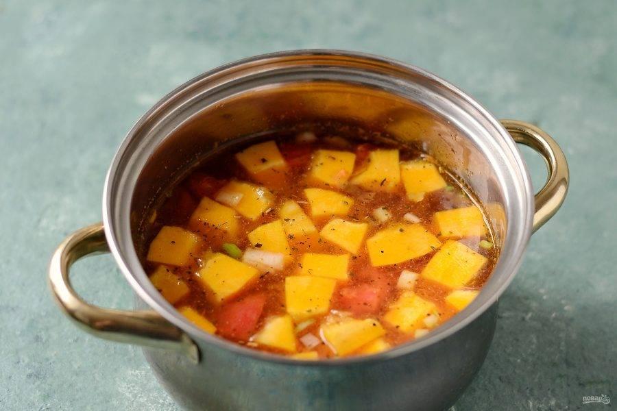Переложите все овощи в кастрюлю, влейте воду. Добавьте все специи, посолите. Доведите до кипения, убавьте температуру до средне-низкой, варите суп примерно 25-30 минут.