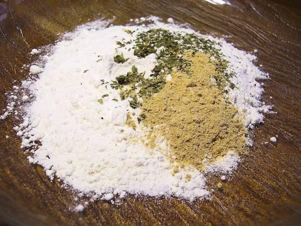 Готовим панировку для рыбы. Для этого смешаем муку, орегано, мускат, молотый имбирь, соль, перец.