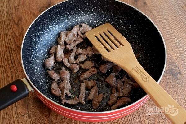 Растительное масло разогрейте на сковороде. Мясо выкладывайте одним слоем, так оно обжарится быстро и равномерно, а мясной сок останется внутри. Обжарьте мясо до румяной корочки в течение 2-3 минут, выкладывайте на тарелку. Обжарьте следующую порцию мяса.