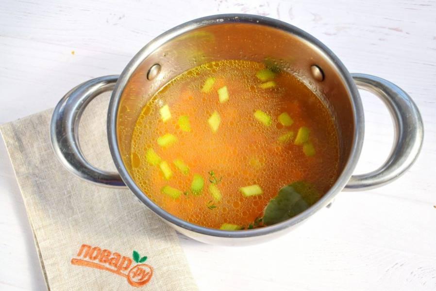 Овощи нарежьте мелкими кубиками, залейте бульоном, добавьте лавровый лист, тимьян. Доведите до кипения, варите на медленном огне в течение 30 минут.