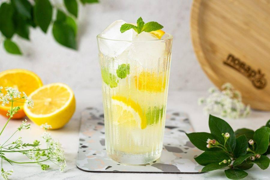 Диетический лимонад готов, подавайте его со льдом.