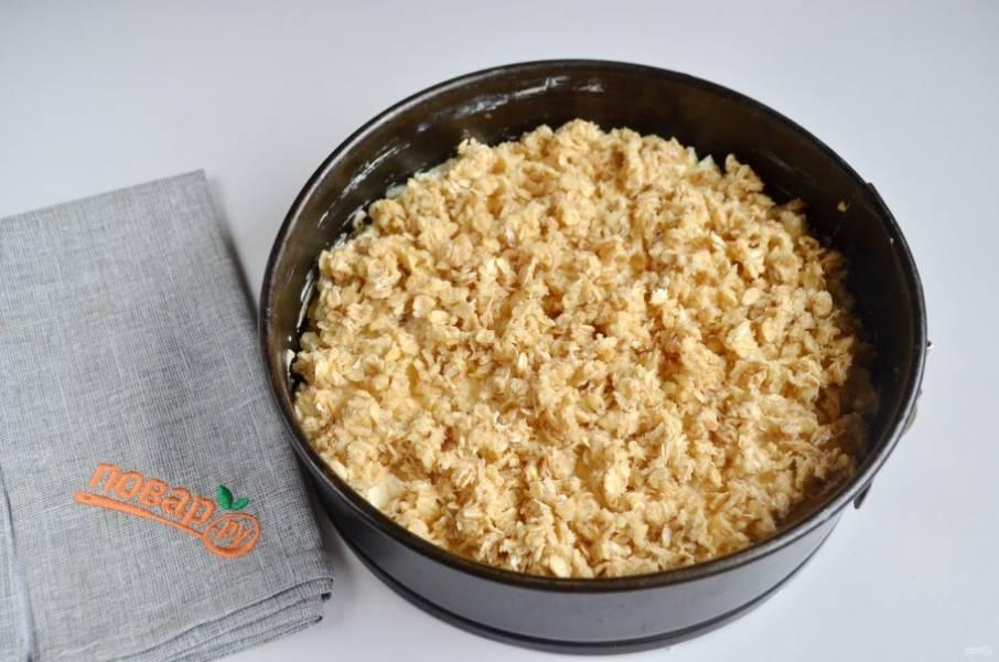 10. В оставшееся тесто можно положить миндальные лепестки, перемешать и раскрошить сверху. Поставьте пирог в духовку на 40 минут.