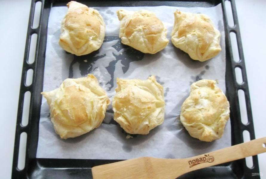 Выпекайте пирожные в духовке, предварительно нагретой до 185-190 градусов, 40-45 минут. Первые 30 минут духовку не открывать.