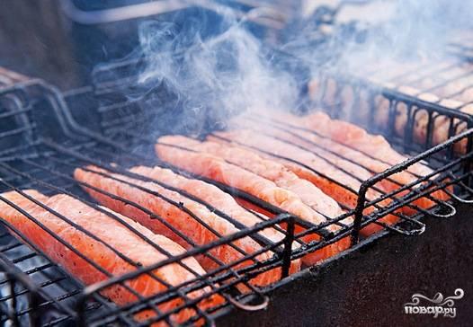 Рыбу достать из холодильника, смазать кусочки маслом и запечь (лучше на гриле) до готовности.