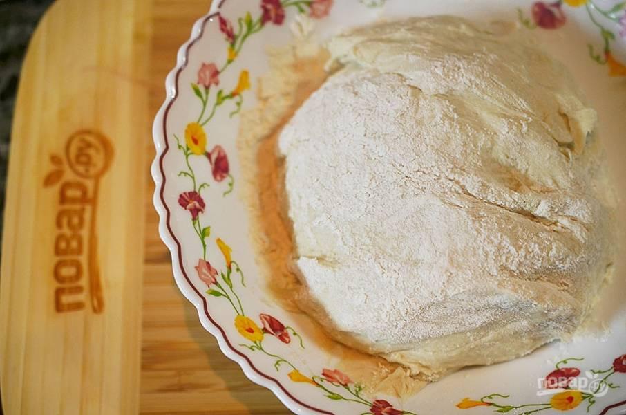 5. Просейте муку с солью, замесите тесто. Накройте пленкой и уберите в теплое место на 40 минут.