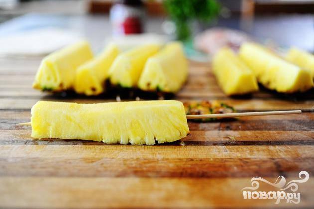 Насадите кусочки фрукта на деревянные шампуры.