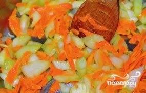 Морковь помойте, почистите и крупно натрите. Лук нашинкуйте. Бланшируйте овощи на сковороде в масле полторы минуты. Потом переложите их в кастрюлю и залейте бульоном.
