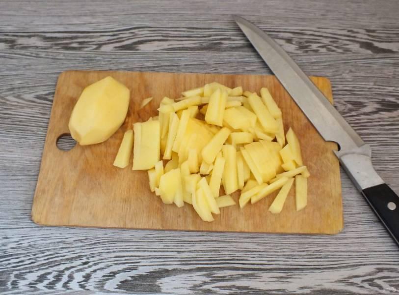 Нарежьте картофель соломкой.