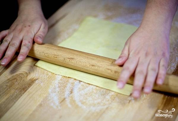 2. И начните раскатывать тесто.