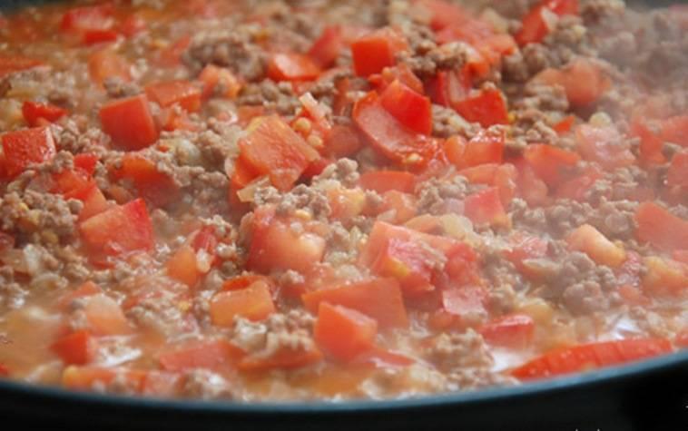 Затем добавьте чеснок, нарезанные помидоры, посолите и поперчите по вкусу. Тушите еще 10 минут.