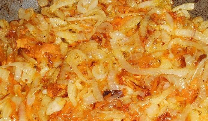 2. Отдельно обжариваем лук и морковь на растительном масле, после чего смешиваем с фаршем.