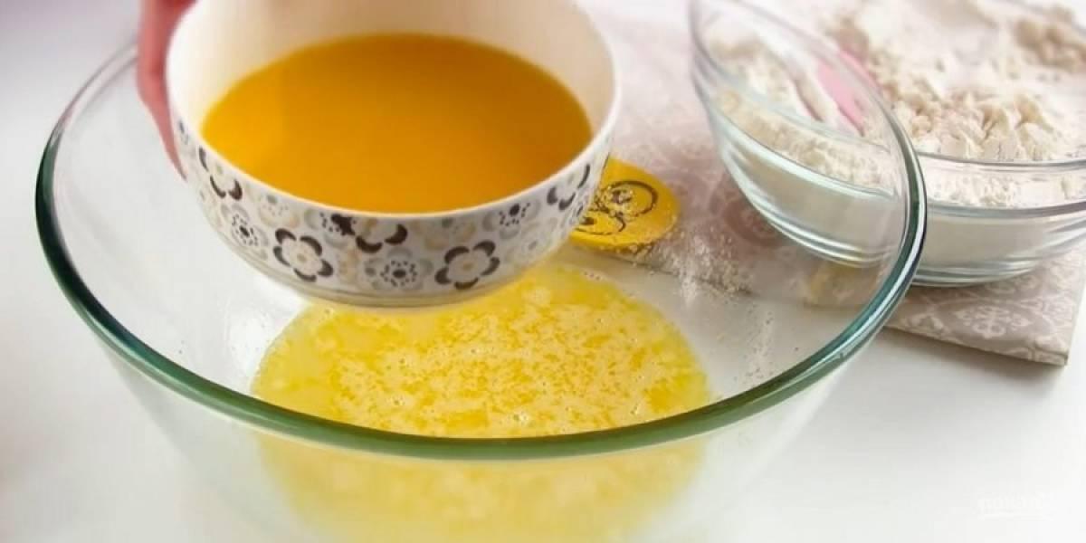 1. Просеянную муку смешайте с дрожжами и разрыхлителем. Теплое молоко перемешайте с сахаром и яйцом. Маргарин или сливочное масло растопите в микроволновке, дайте слегка остыть.
