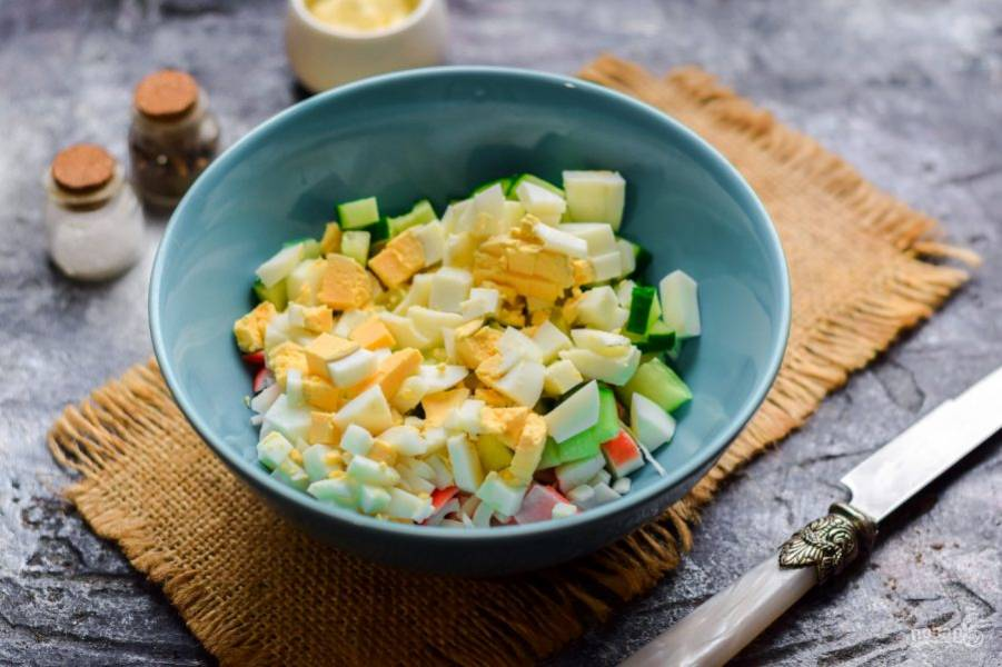 Куриное яйцо отварите вкрутую, после очистите и нарежьте яйцо кубиками, добавьте в салат.