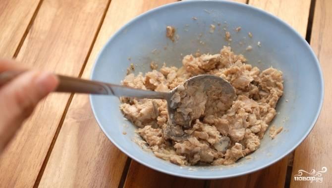 1.Рис хорошо промойте. Удалите мусор. Проварите в небольшом количестве воды. Остудите. Возьмите законсервированного тунца, слейте масло. Добавьте майонез и перемешайте.