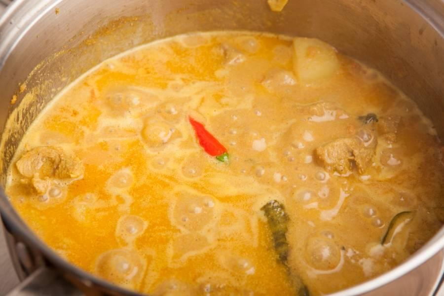 Маринад слейте, он нам уже не понадобится. Добавьте в кастрюлю индейку, обжарьте ее с овощами минут 10. Потом добавляем кокосовое молоко, бульон, картошку, помидоры, имбирно-чесночную пасту, зелень и все-все специи. Перемешиваем, и на маленьком огне тушим минут 35-40.