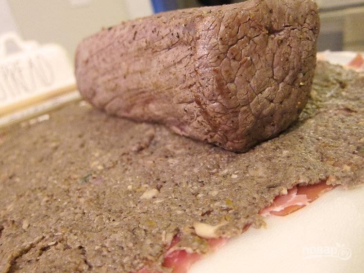 6.Выложите ранее обжаренное мясо ближе к краю поверх слоя грибного пюре.