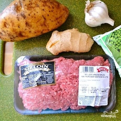Подготовим ингредиенты - очистим картофель, имбирь и чеснок.