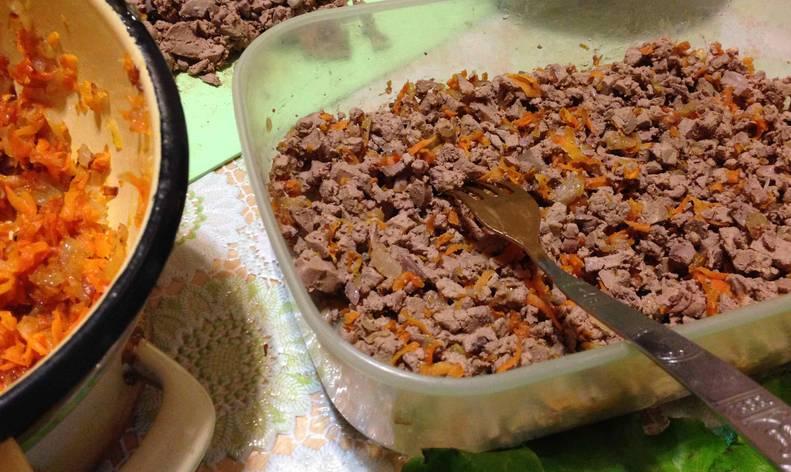 Смешиваем печень с луком и морковью.
