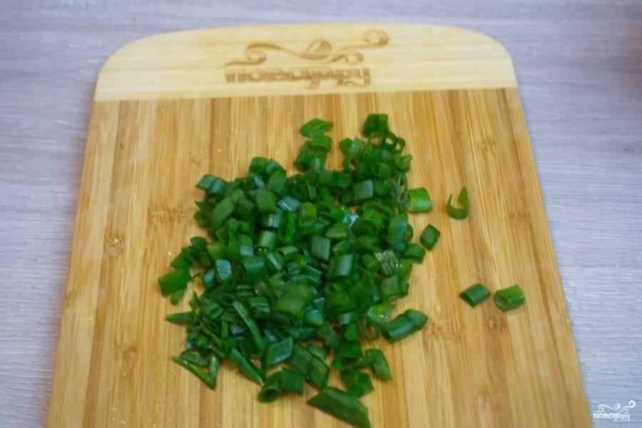 Измельчите зелень. Летом ее много. Можно взять большое количество разной зелени. Я использую петрушку и зеленый лук.