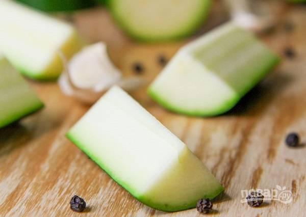 2. Цуккини вымойте, обсушите и нарежьте вот такими брусочками. Чеснок очистите и пропустите через пресс (1 зубчик отложите). На терке натрите сыр, измельчите зелень.