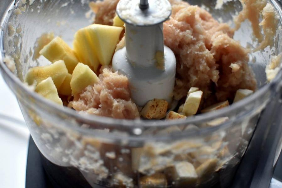 Добавьте корень сельдерея и кусочек яблока и пробейте еще раз до однородности. Я сразу в чашу комбайна  добавляю яйцо, тогда фарш получается особенно гладким.