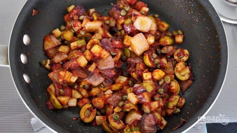 5.Добавьте томатную пасту, сахар, соль и перец, обжаривайте несколько минут.