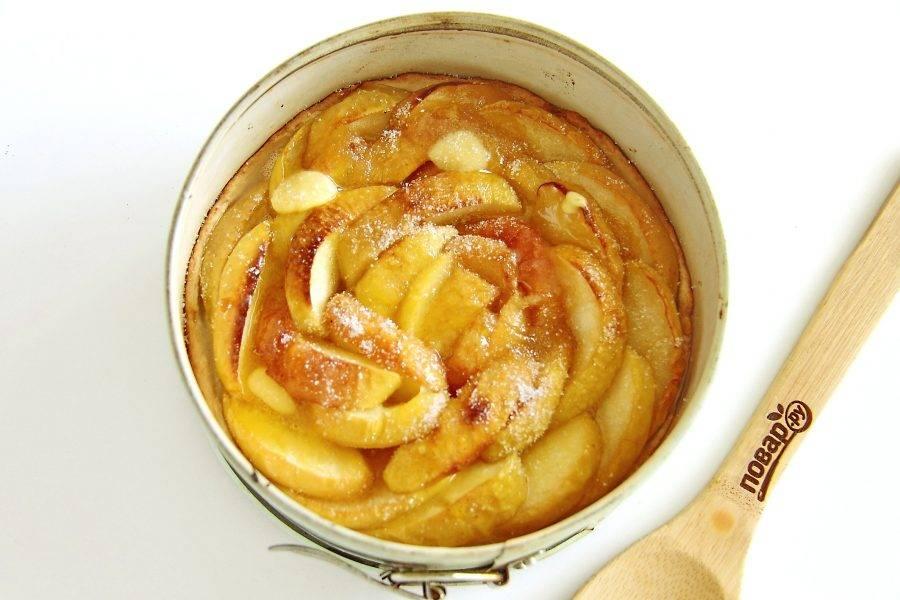 Затем достаньте пирог и полейте его оставшимся соком. Положите сверху по вкусу кусочки сливочного масла и посыпьте верх сахаром. Отправьте форму в духовку еще на 5 минут.