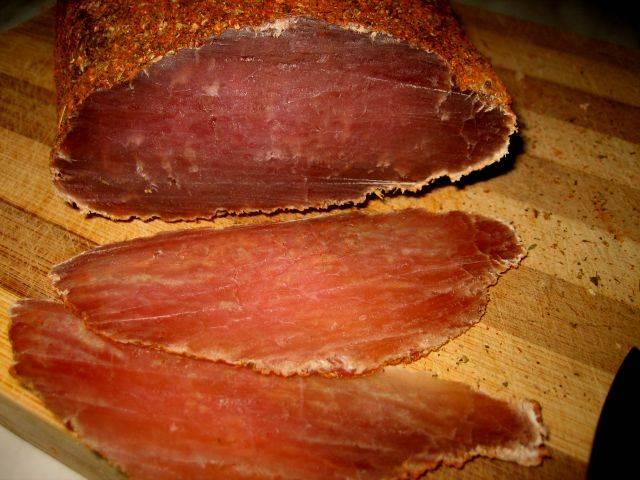 10. Нарезать такую свинину лучше тоненькими ломтиками, а употреблять с любыми гарнирами, в качестве закуски и т.д.