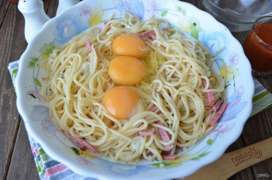 Вбейте сырые яйца, быстро вилочкой перемешайте. Перец черный молотый или другие специи добавляйте по желанию.