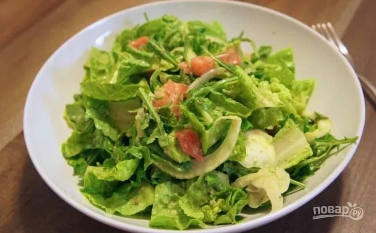 В миксере смешайте каперсы, сок лимона, тахини, молоко, уксус, чеснок. Превратите в однородную массу и влейте к салату, посолите и поперчите по вкусу.