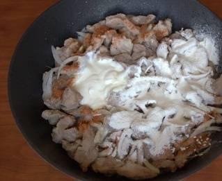 Сливки смешайте с мукой и добавьте к мясу. Тщательно все перемешайте. Соль и другие специи по вкусу.