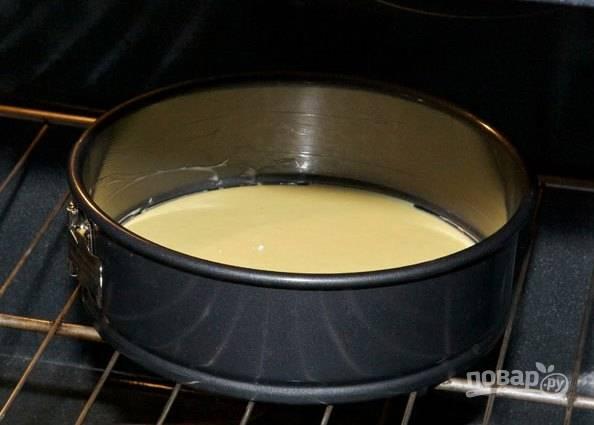Разделите тесто на две части. Одну часть влейте в форму и отправьте в разогретую до 180 градусов духовку на 20-25 минут.