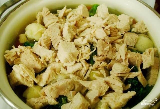 Мясо индейки нарежьте произвольными кусками и верните обратно в суп.