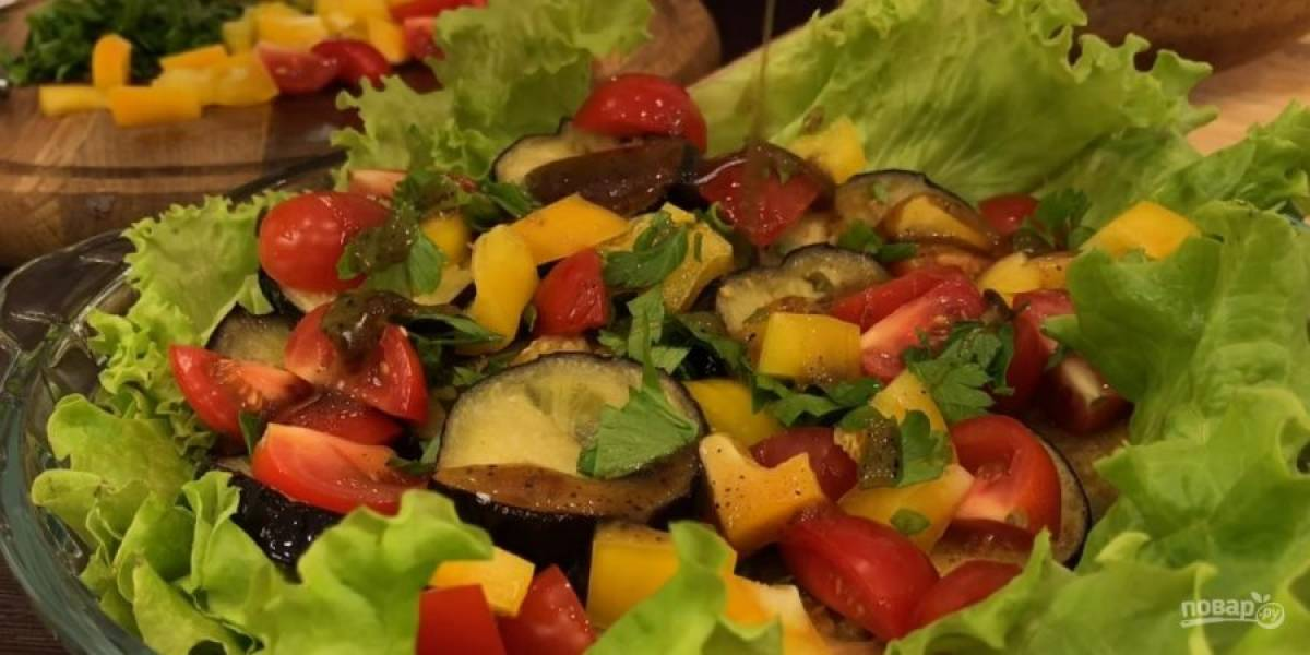 6. На листья салата выложите обжаренные баклажаны, помидоры, перец, зелень и разогретый соус. Снова повторите слои овощей и полейте соусом. Приятного аппетита!