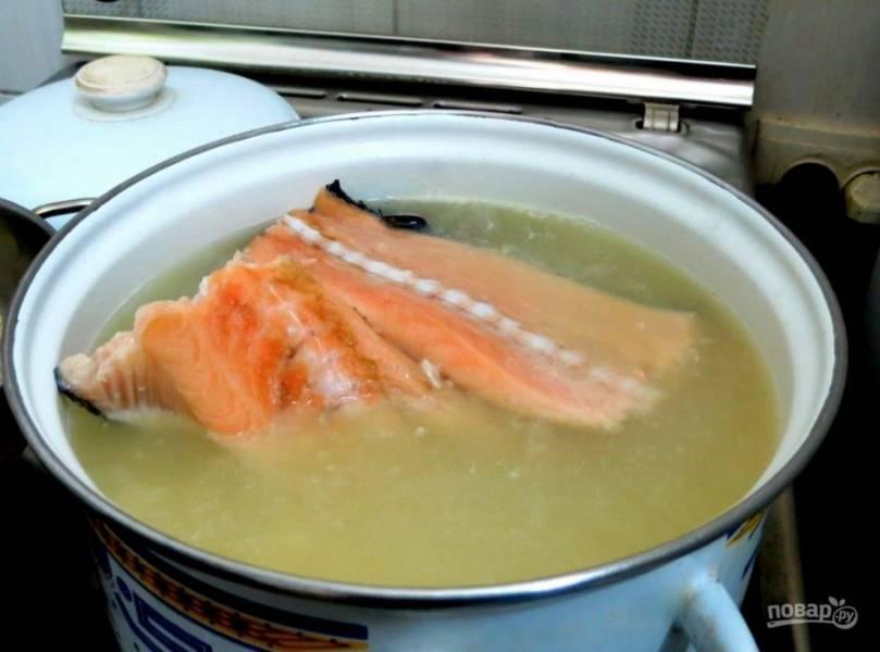 Спустя это время добавьте в суп рыбу.