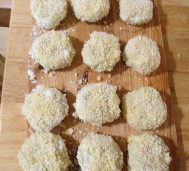Теперь мы берем три тарелки, в одну насыпаем муку, в другую панировочные сухари, а в третье взбиваем два яйца с молоком. Из приготовленного теста формируем небольшие блинчики и обваливаем их сперва в муке, затем пускаем в яичную смесь, после чего панируем блинчики в сухарях.