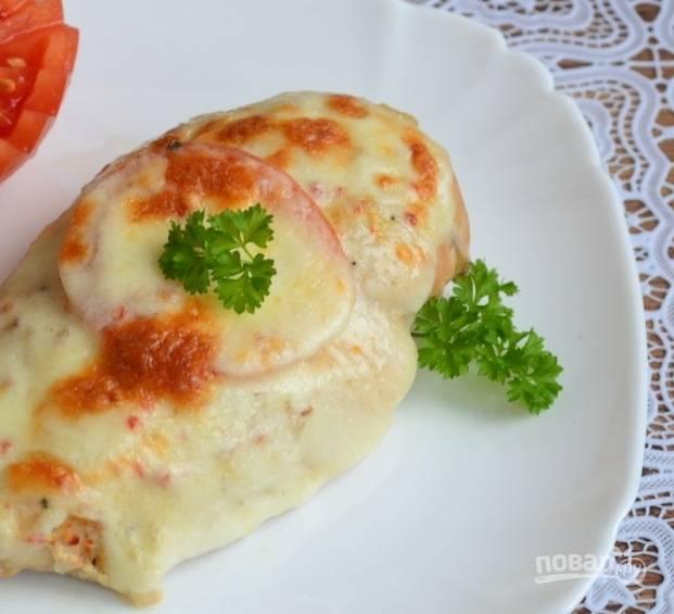 9. Подается курочка под шубкой в горячем виде. Можно приготовить сырный или чесночный соус - он еще больше дополнит вкус мяса. На гарнир лучше всего подойдут свежие овощи.