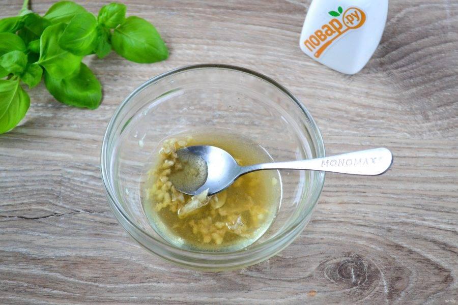 В растительное масло выдавите пару зубчиков чеснока (можно больше или меньше, как любите), добавьте соль и перемешайте.