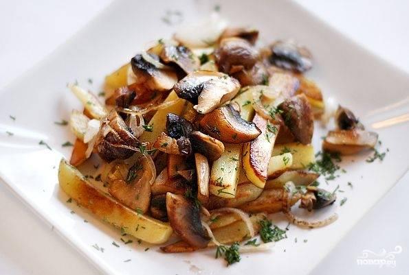 Готовую картошку разложите по тарелкам, посыпьте свежей зеленью и подавайте горячей. Приятного аппетита!