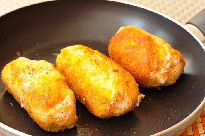 И обжарьте со всех сторон на растительном масле. Предпочтительнее жарить во фритюре, но можно обойтись и обычной сковородой. На стол подавайте в горячем виде.