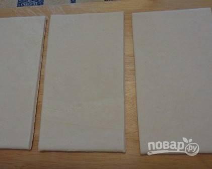 Первым делом вытащим тесто из морозилки и разложим листы на присыпанном мукой столе, пусть тесто размораживается.