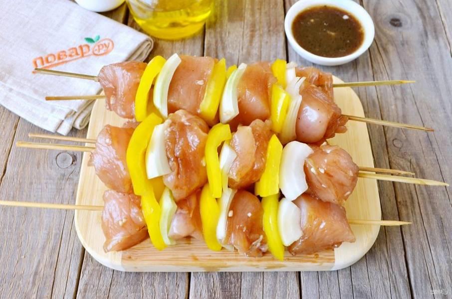 На бамбуковые палочки нанизывайте мясо и овощи, чередуя. Выложите на антипригарный противень, советую застелить его фольгой или пергаментом. Запекайте шашлычки 20 минут при 220 градусах. Духовка заранее должна быть очень хорошо прогрета.