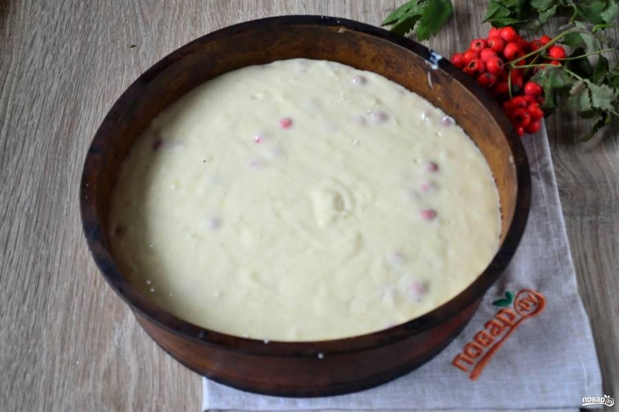 Переложите тесто в форму для запекания.